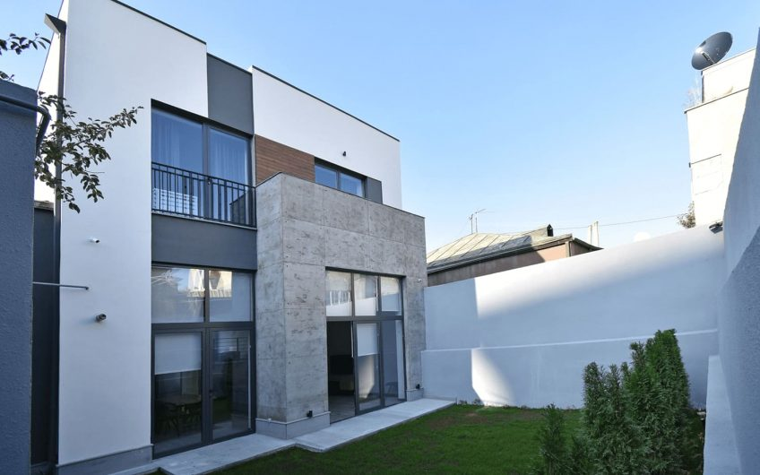 Стильный современный двухэтажный дом в Блуре