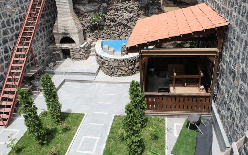 Дом на улице Антараин в центре Еревана